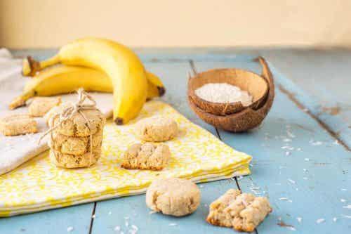 Biscoitos de banana, coco e goji berries
