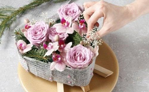 Decore com flores alguma cesta