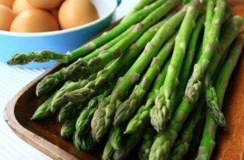 Ingredientes para a receita de gaspacho de aspargo verdes