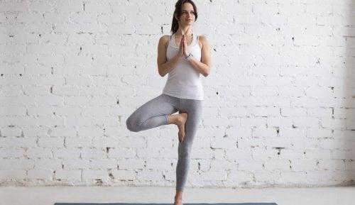 Mulher fazendo postura de ioga