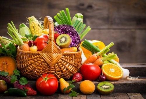 Saladas de frutas com pêssego, tangerina e nozes
