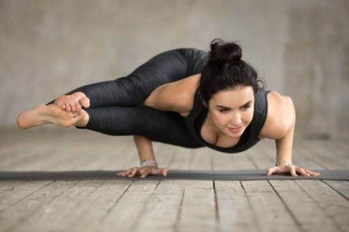 Posturas de ioga que ninguém pratica: astavakrasana