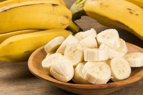 Banana fatiada para fazer o pão de banana fitness