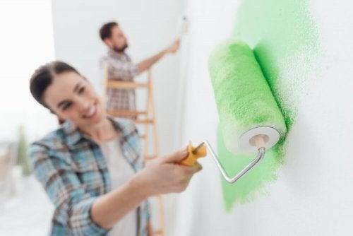 Casais felizes compartilham tarefas da casa