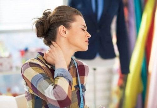Corrigir sua postura evitará dor no pescoço.