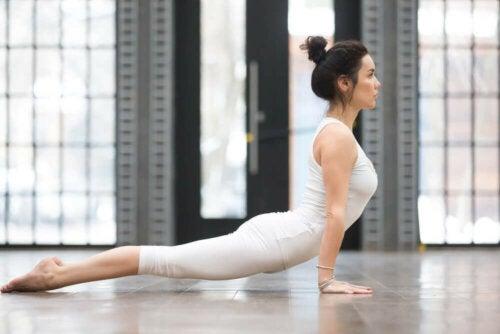 Bhujangasana ou a cobra, uma das posturas básicas de ioga