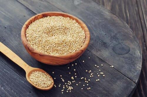 A quinoa é um elemento perfeito para saladas e com excelentes propriedades nutricionais, como umalto teor de proteína