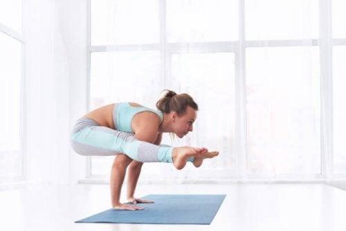 Posturas de ioga: tittibhasana