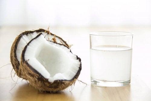 A água de coco contribui para a saúde cardíaa e diminui a pressão arterial