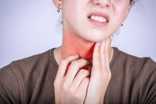 Mulher com sintomas de faringite
