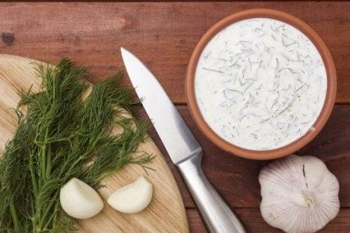 Aprenda a preparar molho tártaro e de alho em casa