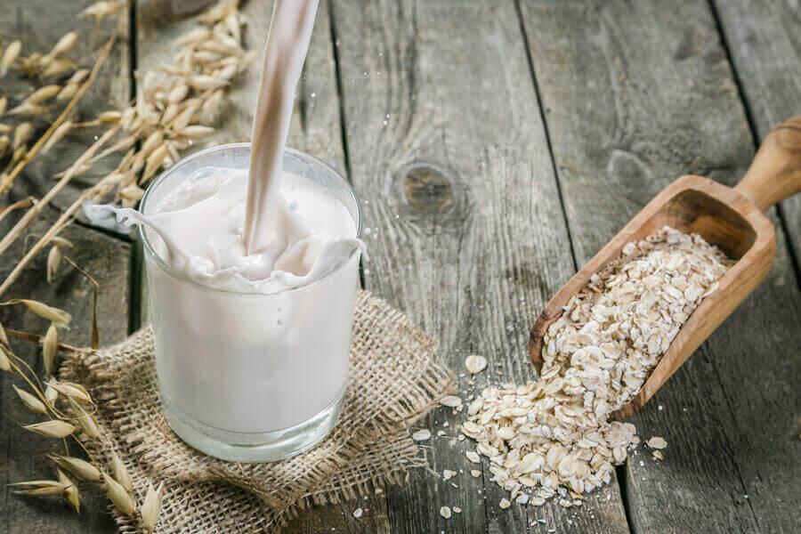 A aveia é muito utilizada em produtos como sabonetes, xampus, e cremes para o corpo, já que hidrata, esfolia e deixa a pele mais brilhante