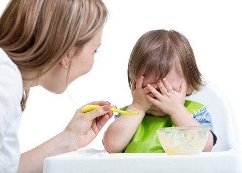 Bebê rejeitando a comida