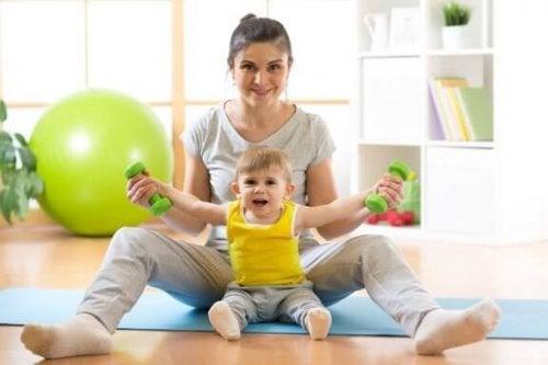 Como ensinar seu bebê a se sentar