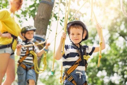 Brincar ao ar livre oferece inúmeros benefícios às crianças