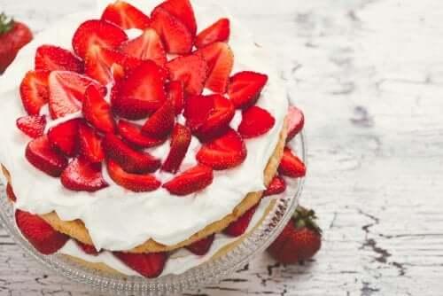 Receita de bolo de morango com creme sem açúcar