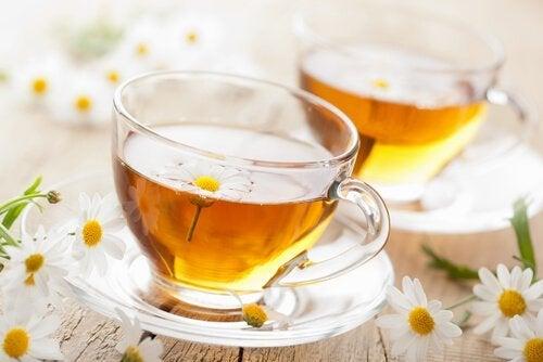 Chá de camomila para aliviar dores menstruais