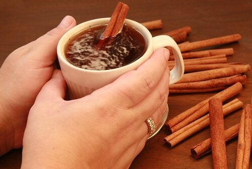 Chá preto com canela e mel