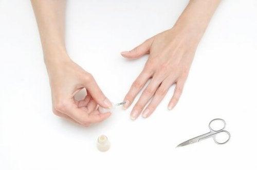 Como pintar as unhas sem manchar os dedos