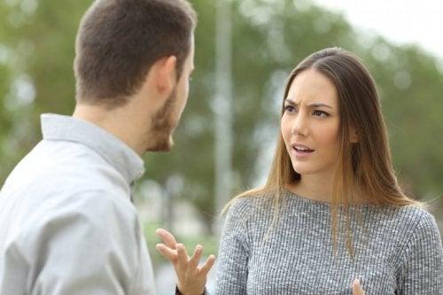 Mulher falando com o parceiro