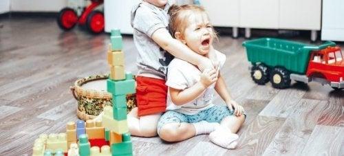 Como controlar as brigas entre as crianças