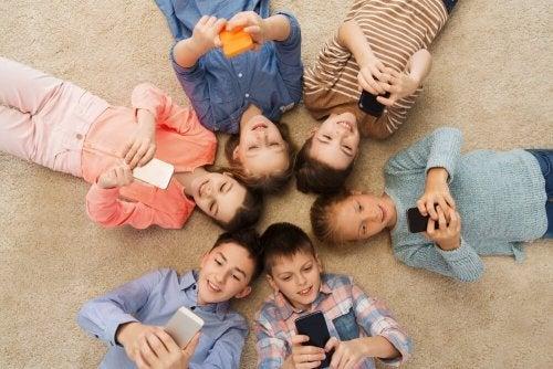 Crianças usando smartphone