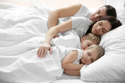 Crianças que querem dormir na cama dos pais