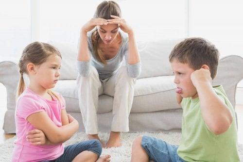 Mãe que não consegue controlar a briga das crianças