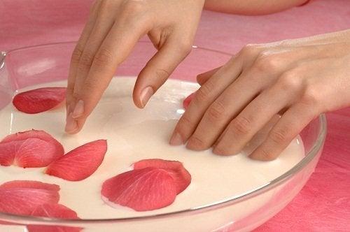 Cuidados de mãos e pés: esfoliação e hidratação