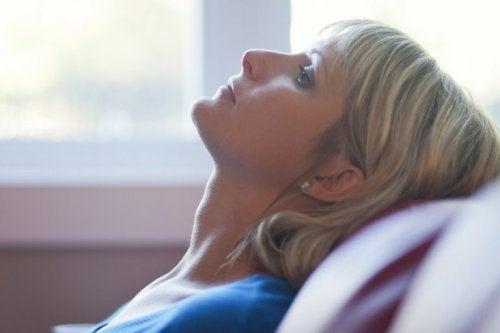 Mulher com depressão por causa da solidão