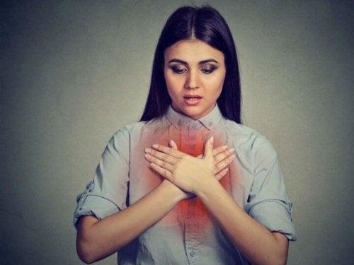 Mulher com dificuldade para respirar