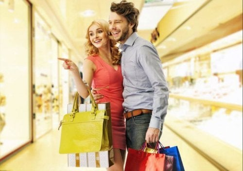 Casal compartilhando um dia de compras