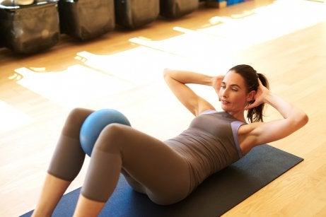 Mulher fazendo exercício de reabilitação