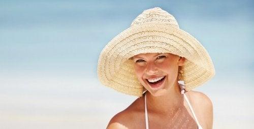 Fatores que causam manchas no rosto: Exposição ao sol