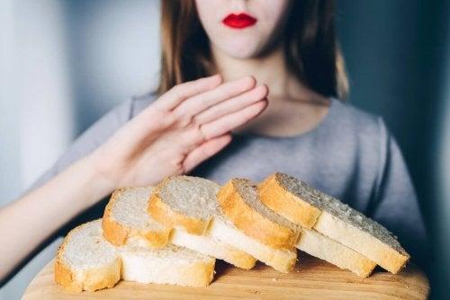 Mulher fazendo dieta sem glúten