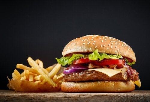 Hambúrguer de frango com alto teor de proteína com batata frita