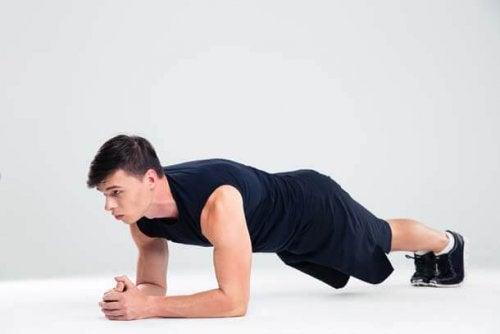 Homem fazendo exercícios abdominais