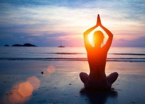 A praia é um bom lugar para a prática de ioga