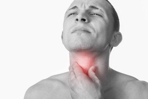 A infecção na garganta causa irritação