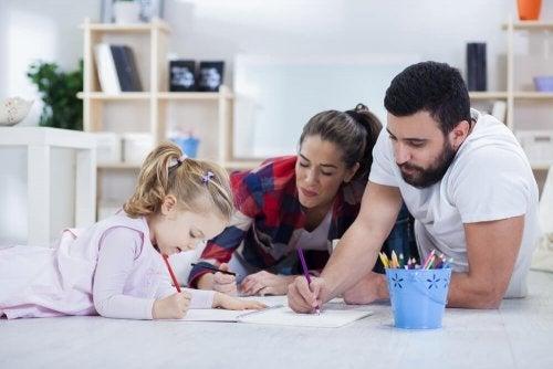 Pais fazendo lição de casa com a filha