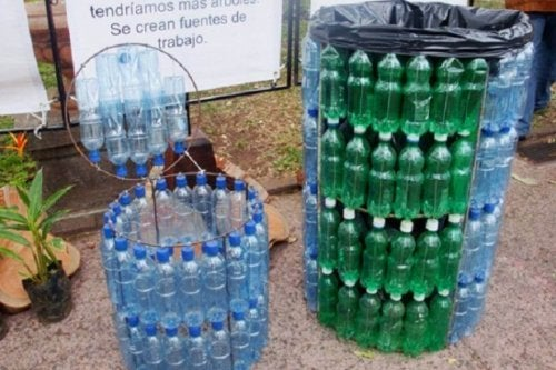 Lixeira feita de embalagens de plástico