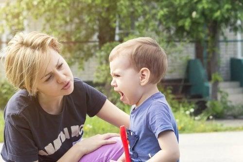 Mãe ensinando o filho  não brigar