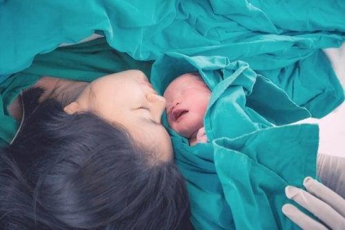 Mãe e seu bebê depois do nascimento