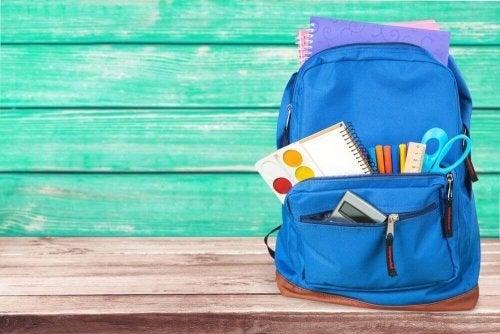 Prepare a mochila junto ao seu filho para motivá-lo a estudar