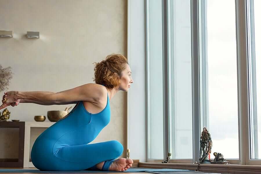 Conheça 4 alongamentos que ajudam a corrigir a postura