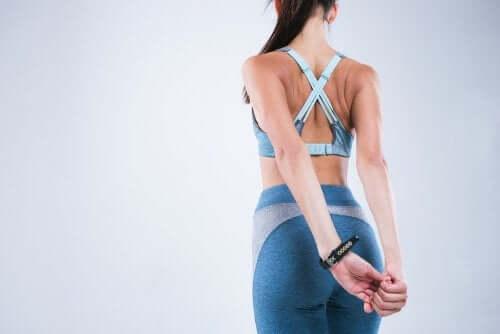 4 alongamentos que ajudam a corrigir a postura