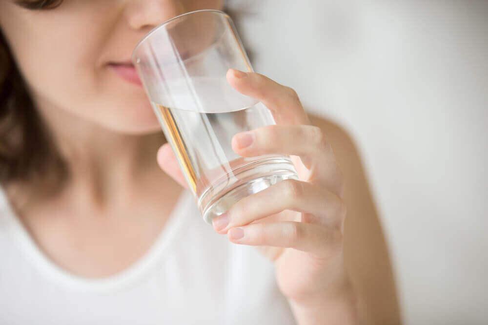 Manter-se devidamente hidratado pode ajudar a tensionar a pele e a mantê-la saudável