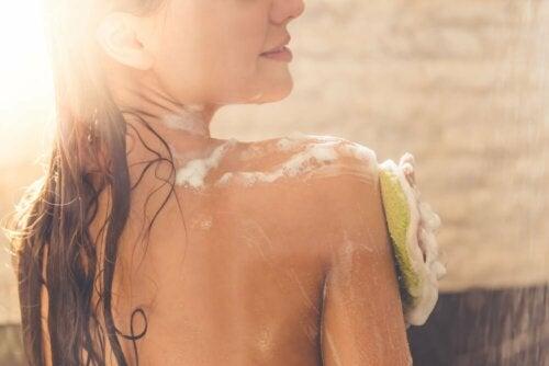 Cuide da limpeza da pele das costas