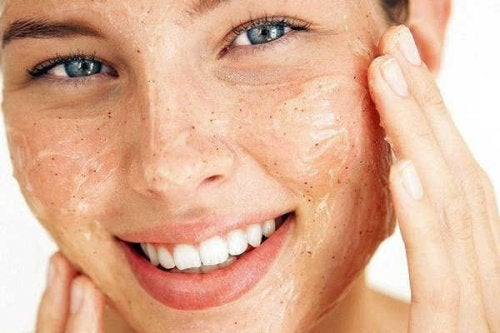 A esfoliação ajuda a manter a suavidade da pele do rosto