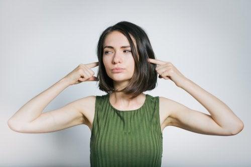 Mulher evitando o ruído